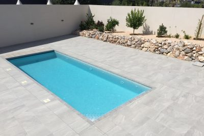 Construcción piscina minimalista